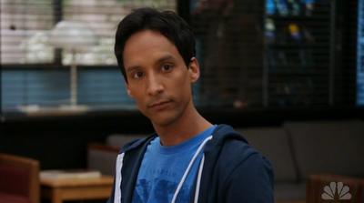 Abed (Danny Pudi) dans Community, série créée par Dan Harmon (2009-2015)