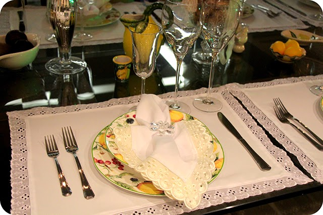 Mesa do Ano Novo em Branco e Amarelo com Limão Siciliano