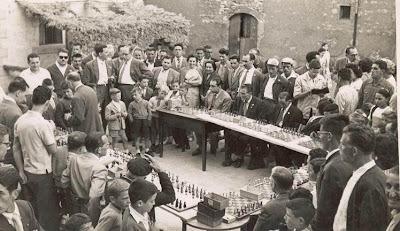 Preparativos de las simultáneas de ajedrez en Castellar de N'Hug en 1957