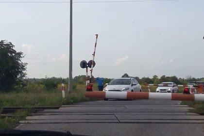 Internautka nagrała, jak kierowcy igrają ze śmiercią przejeżdżając autami tuż przed pociągiem (NAGRANIE W ARTYKULE)