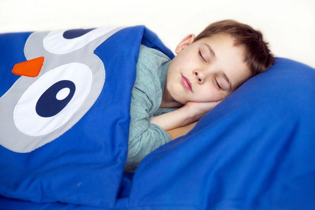 Saiba a importância de readaptar a rotina do sono das crianças na volta às aulas
