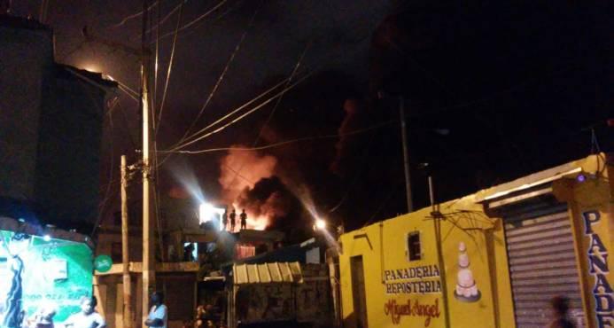 Fuego afecta colchonería La Nacional, en Santo Domingo Este