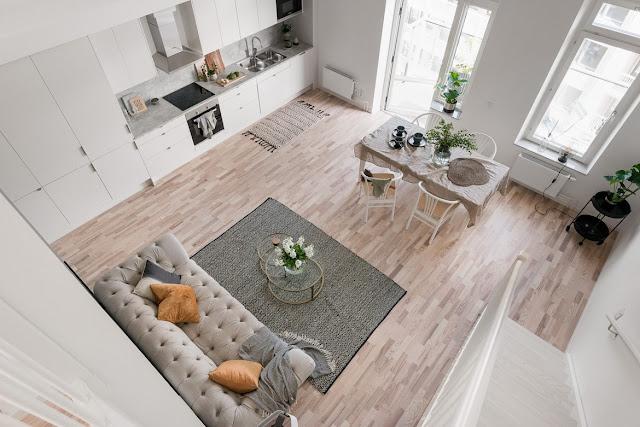 Plan deschis și dormitor la mezanin într-un penthouse de 91 m² din Suedia