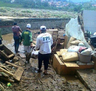 Luput dari Tayangan Media Massa , FPI Bantu Korban Banjir Bandang Garut
