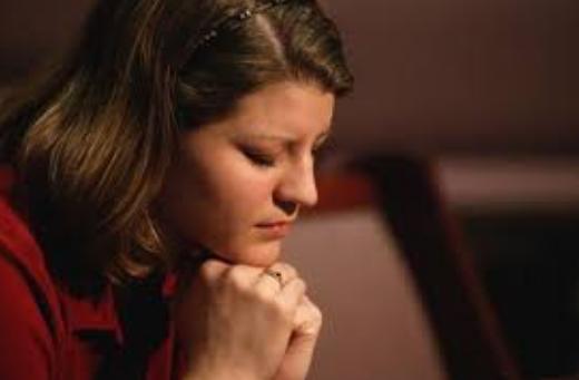 wanita Kristen sedan berdoa