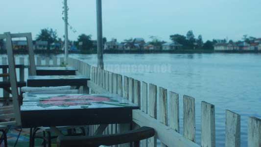 Kafe Tepian sungai kapuas di kampung kuantan