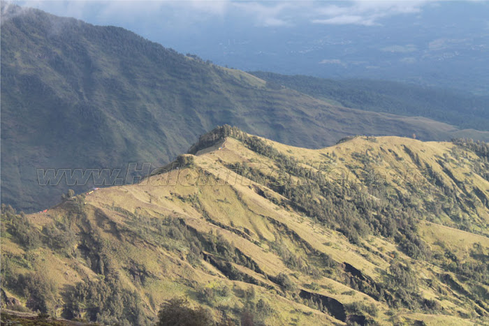 Pendakian dimulai dari Senaru dan berakhir di desa Sembalun BestplacetovisitinIndonesia; Paket Mendaki Gunung Rinjani via Senaru iv Hari / iii Malam Puncak