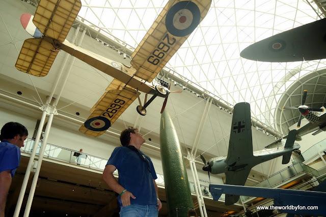 Aviões, tanques e foguetes no átrio principal do Museu Imperial da Guerra de Londres