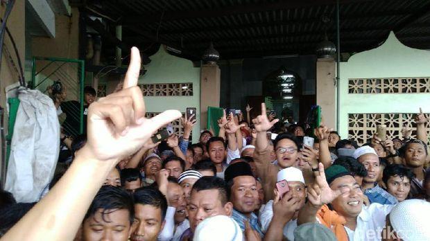 """Ada Teriakan """"Prabowo Presiden"""" Usai Salat Jumat di Semarang"""