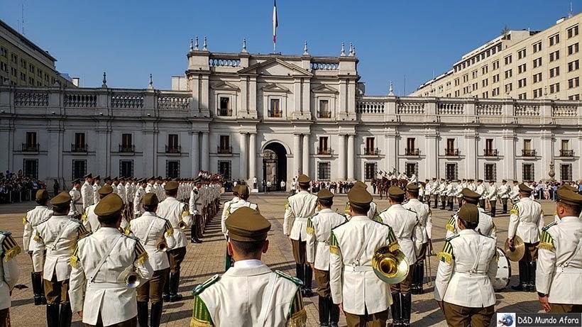 Troca da guarda em frente ao Palácio de la Moneda - o que fazer em Santiago