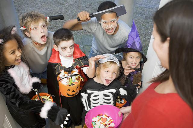 أطفال متنكرون بأرعب الأزياء في عيد الهالوين