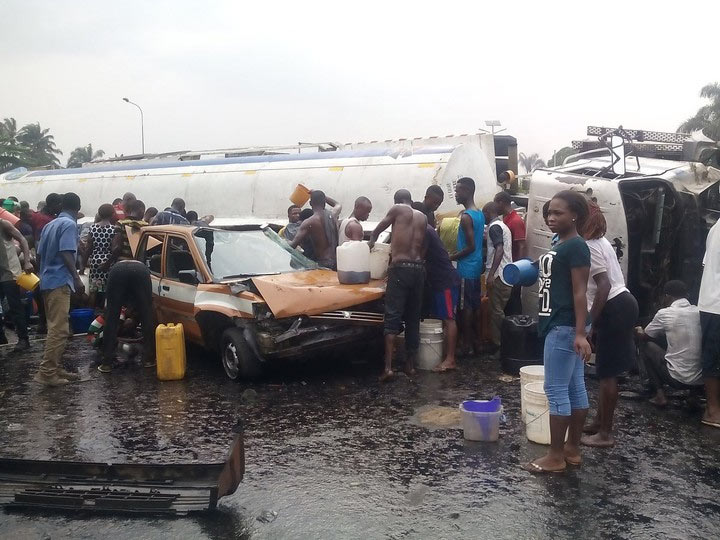 Photos: Uyo residents scoop fuel after tanker fell down