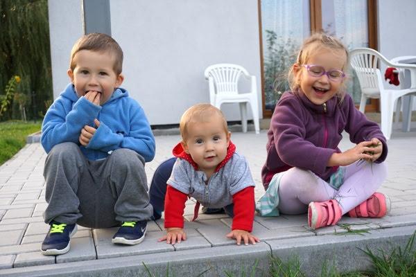 Dom dla całej rodziny, uśmiechnięte dzieci na tarasie