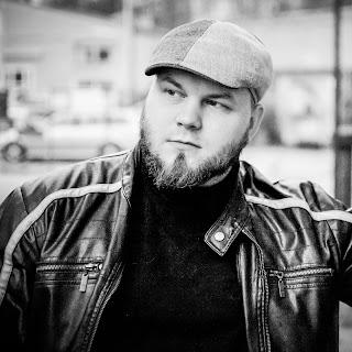 Luovan työn ja liiketoiminnan ammattilainen: SAKO Samuli Koivulahti nahkatakissa ja hattu päässä. Parta ja mietteliäs ilme.