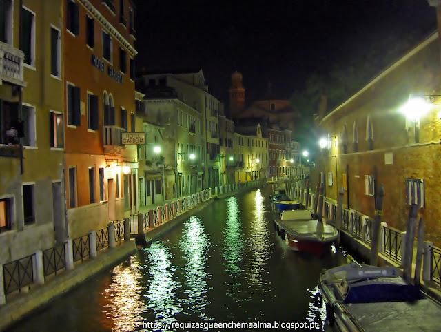 Canais de Veneza à noite