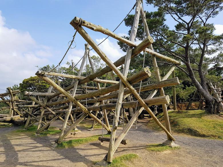 園內的木製遊樂設施