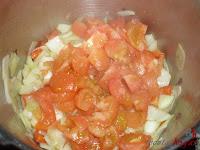 Añadiendo los tomates