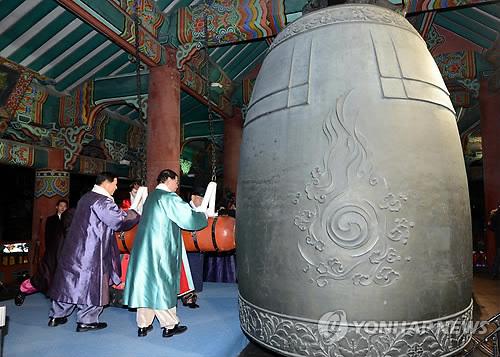 Park Won-sun tocando la campana Bosingak en Año Nuevo