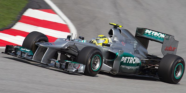 Gambar Mobil Balap F1 Mercedes-Benz di tikungan