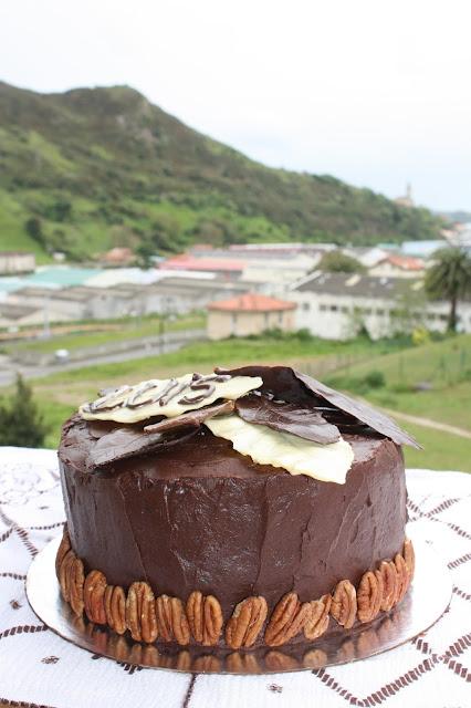 Receta de tarta de pastel de queso de pacanas de fondo negro