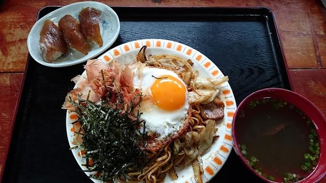 あぐー肉焼きそばと大東寿司の写真