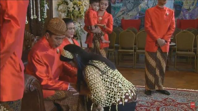 Kahiyang sungkem ke Jokowi. Saat itu, Jokowi mengaku berpesan agar Kahiyang membina rumah tangga dengan sabar