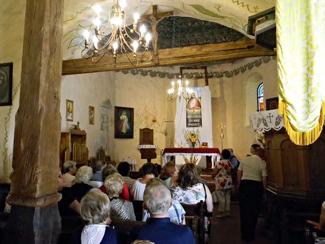 Kościół jest niezbyt obszerny, ale to zabytek z XIII wieku.