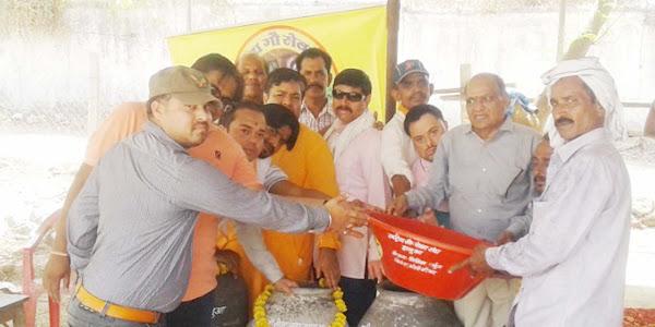 राष्ट्रीय गौ-सेवा संघ ने गौ-माताओं के पानी के लिए जल पात्र सद्गुरू गौशाला में किए भेट