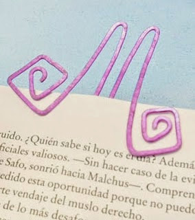 http://manualidadesreciclables.com/16131/como-hacer-marcadores-de-alambre-para-libro