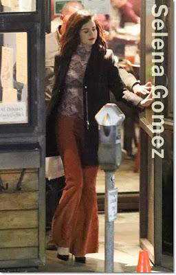 セレーナ・ゴメス(Selena Gomez)は、トップショップ(Topshop)のコート、フリーピープル(Free People)のトップ&フレアパンツ、カサディ(Casadei)のパンプスを着用