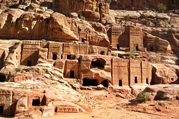 Efsaneye göre Petra halkı kötülükleri yüzünden helak edilmişti.
