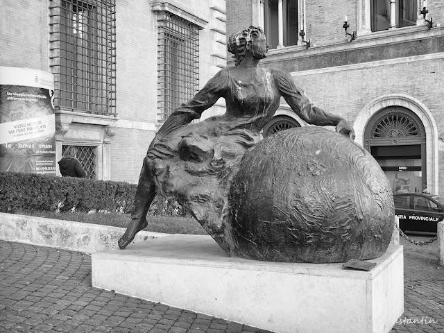 Palazzo Valentini - statui intrare - blog FOTO-IDEEA