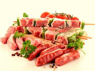 8 порций:   свиной фарш - 1 кг; сухой перец чили в хлопьях - 1/2 стакана; вода - 1/2 стакана;  уксус (5%) - 6 столовых ложек или уксус (9%) - 3 столовые ложки; чеснок - 1 зубчик; сухой орегано - 3 ч.л.; соль по вкусу.
