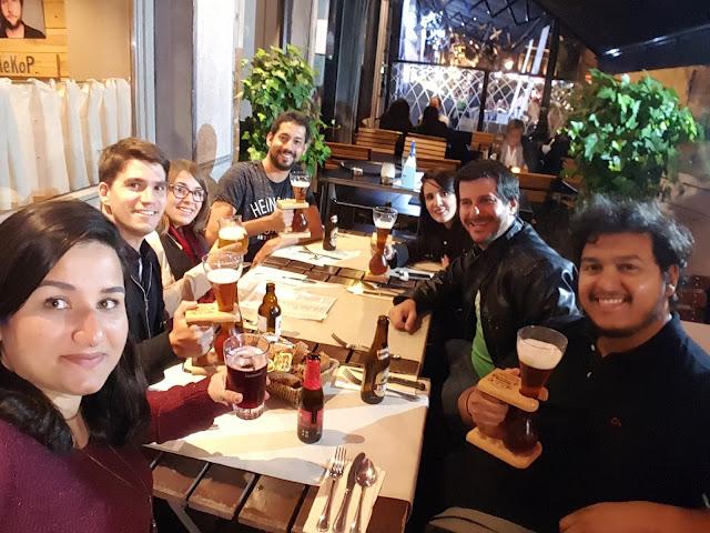 Comidas e cervejas típicas e boas amizades, alimentando a barriga e a alma - Bruxelas - Bélgica