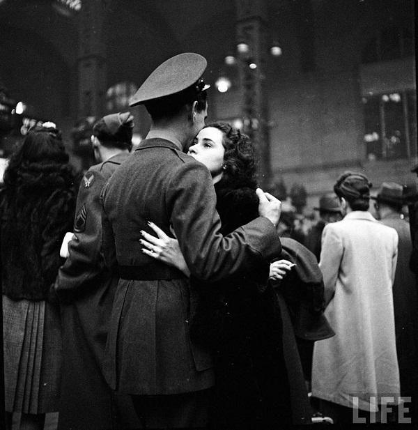 Sangat mengharukan. Ketika seorang prajurit memeluk kekasihnya untuk terakhir kali sebelum ia pergi ke medan perang