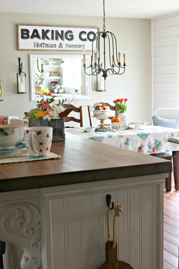 Spring decor in farmhouse style kitchen - www.goldenboysandme.com
