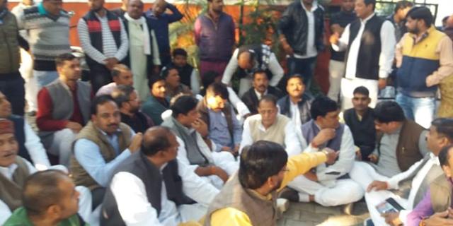 कांग्रेस के 40 विधायक कमलनाथ के खिलाफ लामबंद, दिल्ली में प्रदर्शन | MP NEWS