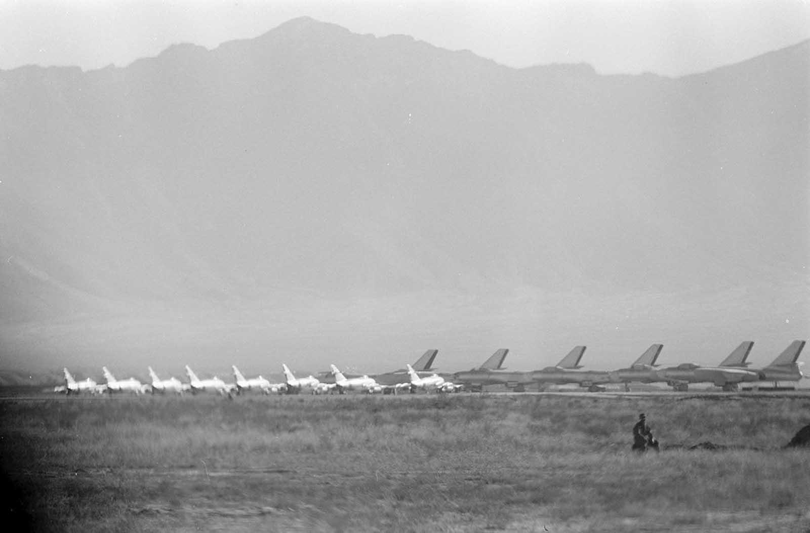 Los combatientes de la Fuerza Aérea Afgana Mikoyan-Gurevich MiG-15 y Ilyushin Il-28 en Kabul, Afganistán, durante la visita del presidente de los Estados Unidos Dwight D. Eisenhower, en diciembre de 1959.