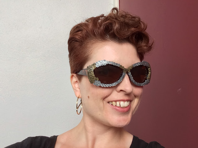 Upcycling-Basteltipp, bei dem alte Sonnenbrillen mit Bügelperlen aufgepimpt werden