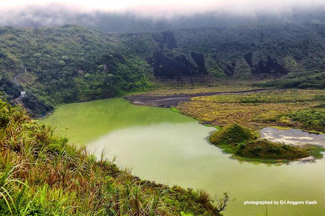 Kawah Gunung Galunggung dengan cinder baru dan tergenang air.