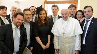 La ex presidente Cristina Kirchner junto al Papa Francisco y una comitiva de ex funcionarios