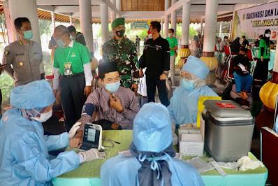 Polda Banten Gelar Vaksinasi Nasional untuk Kiyai dan Santri di Masjid Agung Ats - Saurah