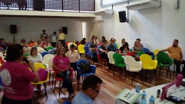 A secretária de saúde de Tabuleiro do Norte, Karla Saraiva, participou de reuniões