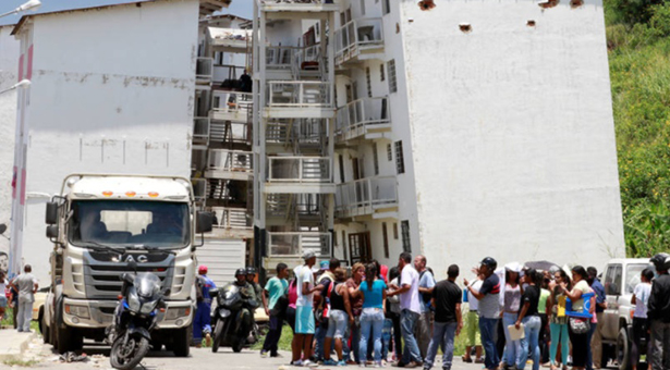 Desalojaron a familias en Petare por peligro de desplome de edificios de GMVV