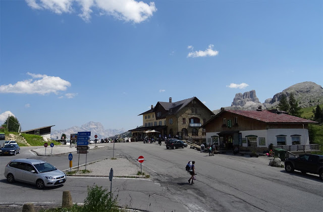 Kreuzung auf Falzaregopass mit Bergmassiv, Gasthaus, Autos