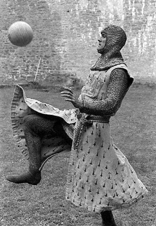 60 Iconic Behind-The-Scenes Pictures Of Actors That Underline The Difference Between Movies And Reality - The knights of the round table loved football too.