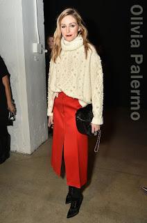 この日のオリヴィア・パレルモ(Olivia Palermo)は、パールが散りばめられたレイチェルゾー(Rachel Zoe)のタートルネックとスリットの入ったミディ丈スカート、そしてジミチュウ(Jimmy Choo)のアンクルブーツを合わせた冬にぴったりの大人可愛いスタイルに。