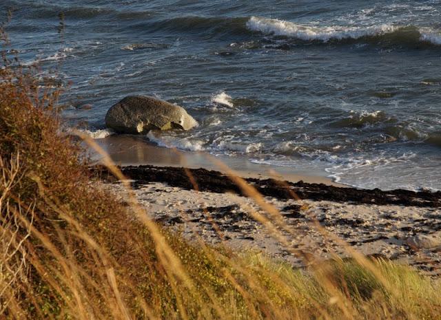 Bornholm mit Kindern im Herbst. Teil 2: Ankommen auf der Sonneninsel des Nordens. Am Strand von Sömarken geht es kinderfreundlich flach ins Wasser.