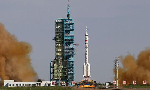 Roket Long March 2 F Diluncurkan