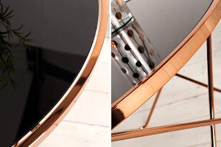 Konferenční stolek s kovovým rámem v měděné barvě.